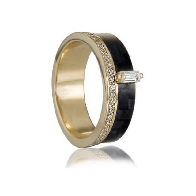 Золотое обручальное кольцо с карбоном 1620420200297