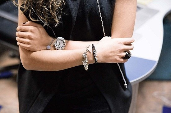 как носить браслет на правой руке